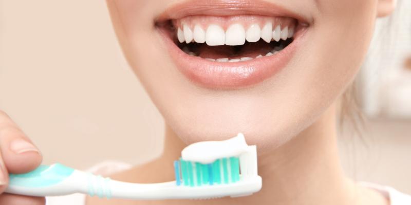 Por qué nunca debes irte a la cama sin cepillarte los dientes